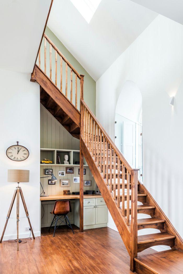 Authentische Holztreppe und Schreibtisch darunter -Altbau Renovierung Ziegelbau Zementfliesen ländlich rustikal