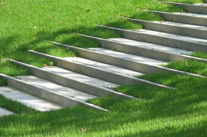 Betontreppe verschmilzt mit dem Grün-Landschaft im minimalistischen Stil