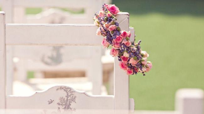 Blumenkranz in Rosa-Tischdeko Hochzeit
