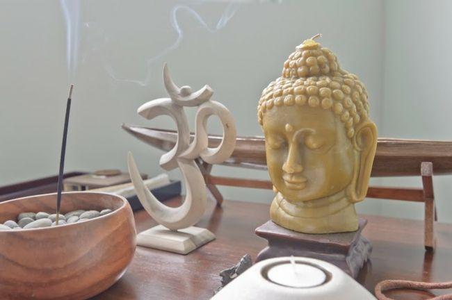 Buddahfigur, OM, Räucherstäbchen, Yogaraum, Kerze