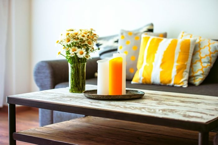 wohnzimmer deko orange: Wohnzimmer-Deko Ideen Einrichtung Wohnzimmer Orange Hellgrau Kerzen