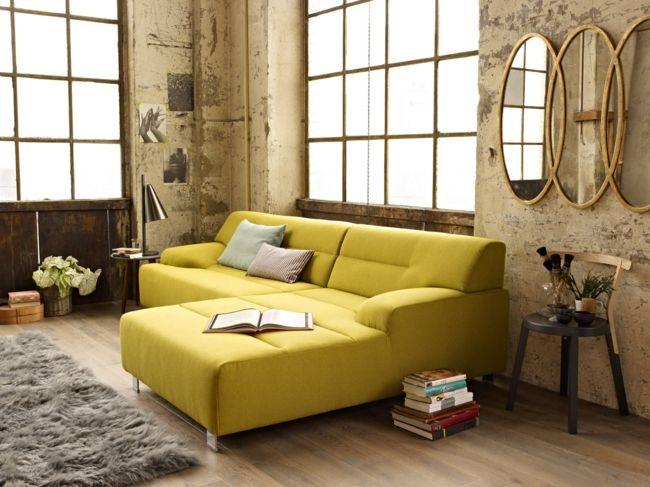 Couch in Gelb, Teppich in Grau, Wandspiegel-Einrichtungstrends