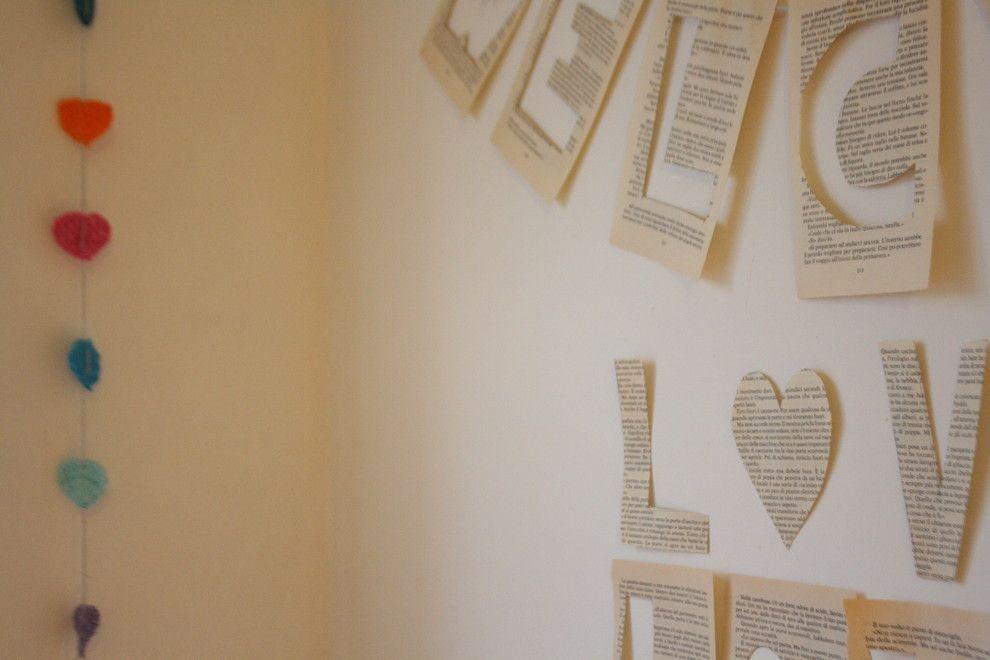 Dekoration mit Buchblättern-Valentinstag Interieur Dekor