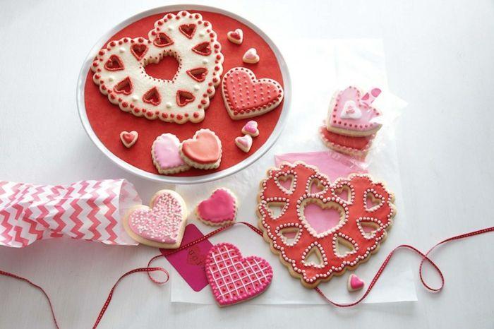 Dekorierte Herzplätzchen-Überraschen Sie Ihre Gäste mit dieser wundervollen Tischdekoration-Dessert Plätzchen Kekse Herzform Valentinstag romantisch Tischdeko Geschenk