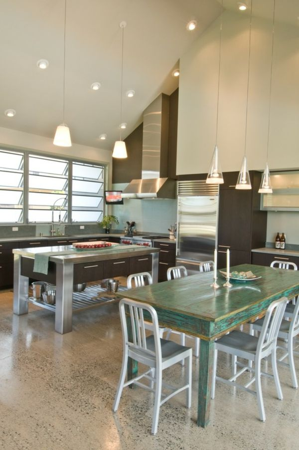 Der Holztisch lässt sich wegen seiner Form an die moderne Einrichtung anpassen-Holztisch Essstühle Emeco-Stühle