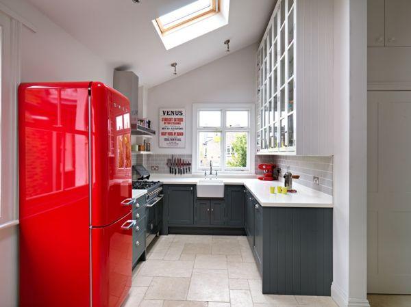 Der Kühlschrank im kräftigen Rot ist ein richtiger Eye-Catcher-Retro-Kühlschrank