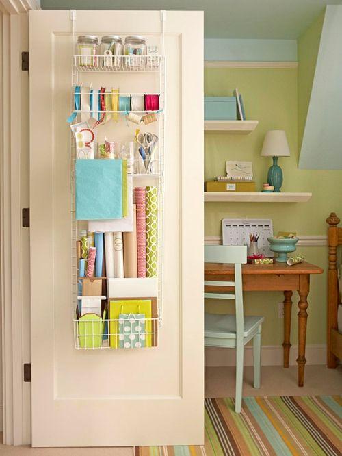 Die Innenseite der Tür für Geschenkpapier-Organisation benutzen-Aufbewahrungsidee kleines Zimmer Aufräumen Accessoires Ordnungssystem