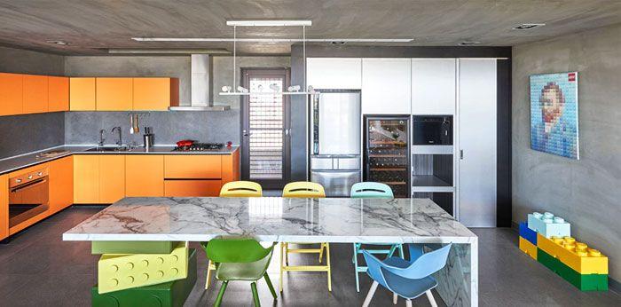 Die Küche mit Kontrastfarben wirkt freundlich und einladend-Einzigartige Designer Wohnung Küche Wandregale in Orange Betonwand
