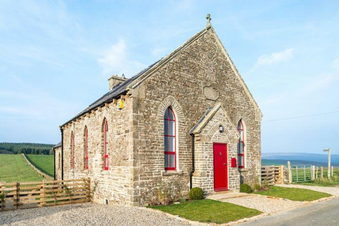 Die Kapelle von außen-Altbau Renovierung Ziegelbau Zementfliesen ländlich rustikal