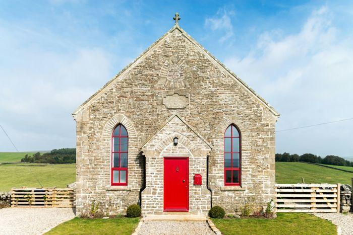 Die ehemalige Kapelle nach der Renovierung-Altbau Renovierung Ziegelbau Zementfliesen ländlich rustikal