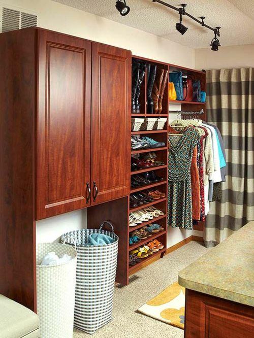 Die offenen Regale stehen voll im Trend-Garderobe Kleiderschrank Ordnung Waschraum Aufbewahrung