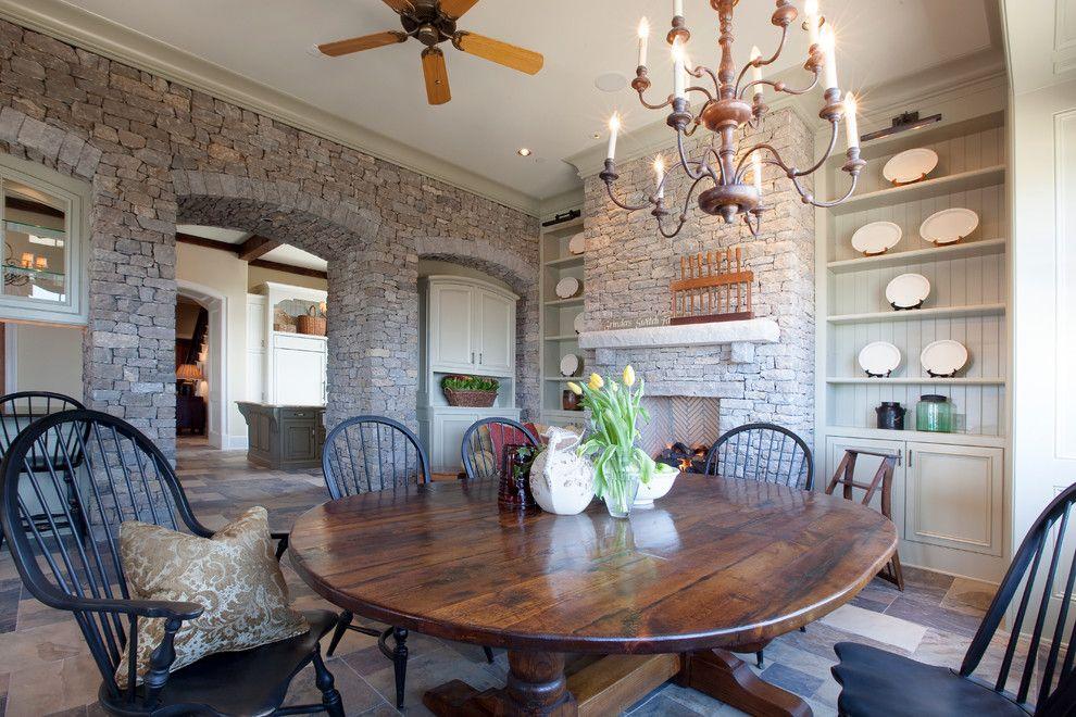 Die rustikalen Elemente im Essbereich sind vom Landhausstil inspiriert-Steinoptik Steinwand Innendesign Massivholz Tiisch