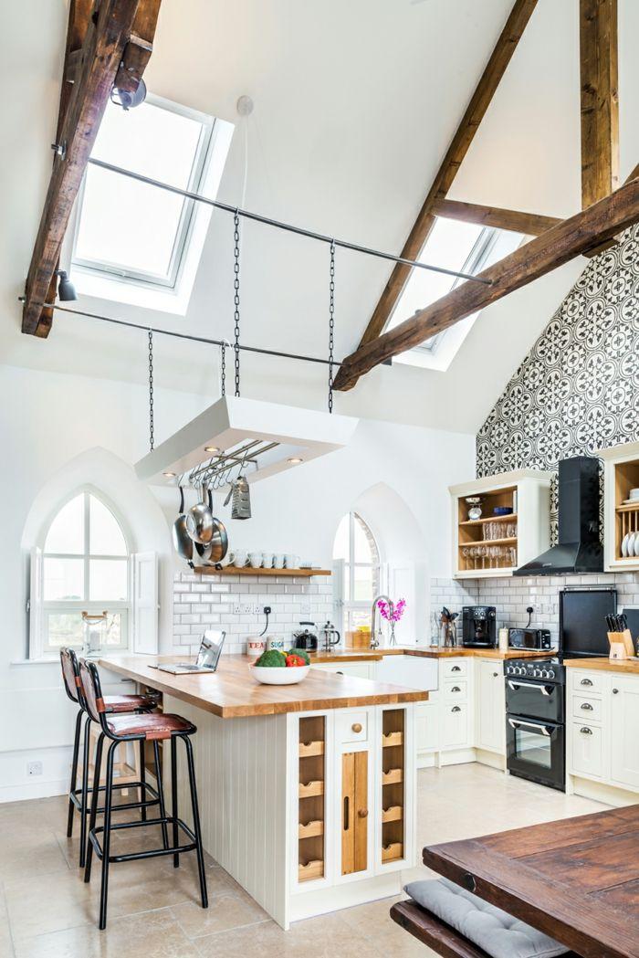 Die weißen Wände sorgen optisch für mehr Raum-Altbau Renovierung Ziegelbau Zementfliesen ländlich rustikal