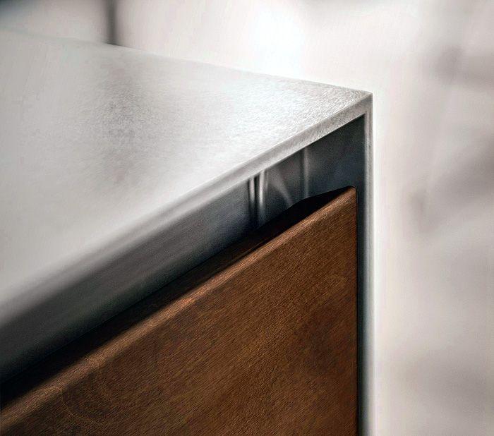 Edles Küchenambiente mit Arbeitsplatte aus Stahl-Tendenzen Küchentrends Design Küchenmöbel Edelstahl