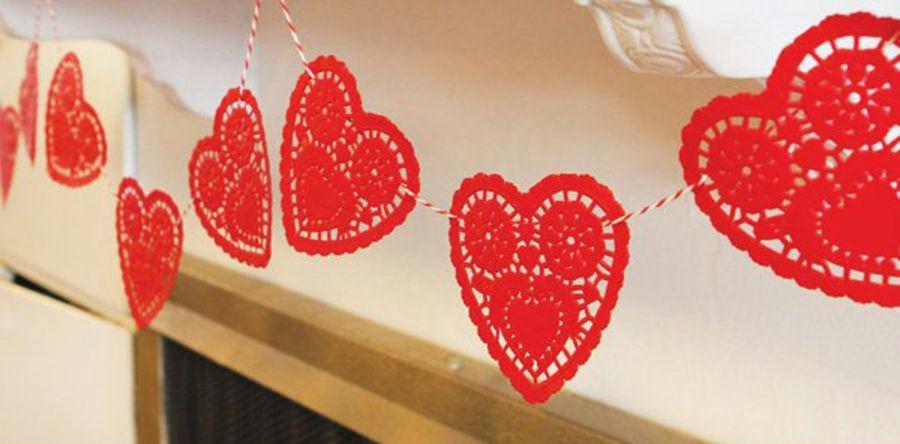 Eine tolle Girlande mit kleinen Herzchen in Rot-Partydeko Partydekoration Gartenparty Farbmotto Feier Fest Girlande Herzen