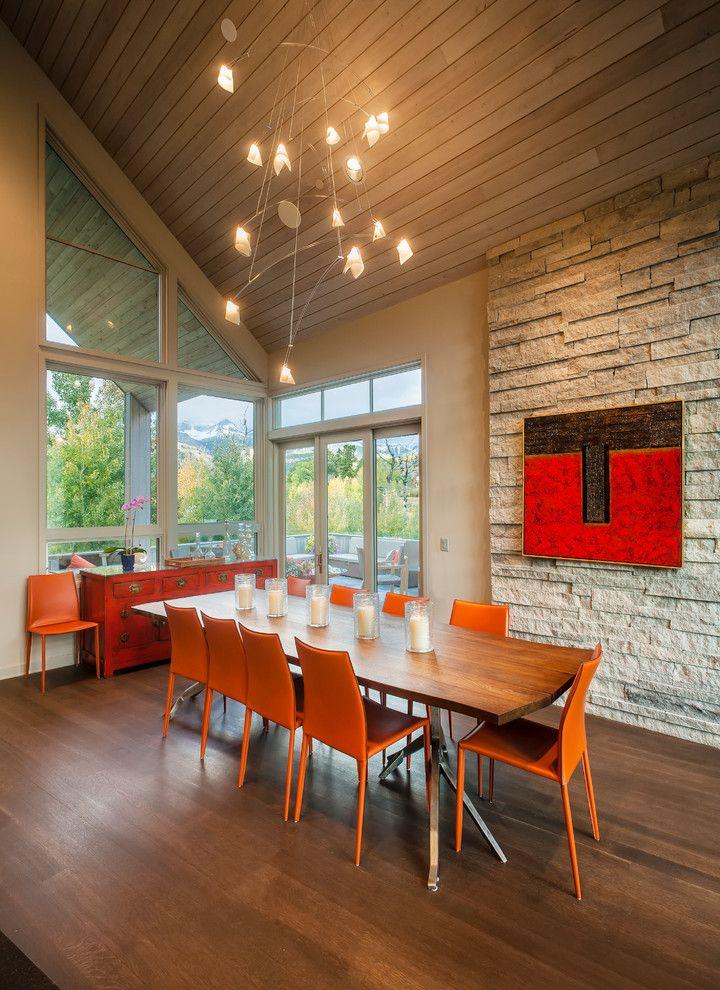 Einrichtung des Esszimmers in warmen Farben-Steinfurnier Innendesign Esszimmer Orange Rot Dachschräge