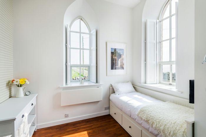 Einzelzimmer mit toller Aussicht in Weiß-Altbau Renovierung Ziegelbau Zementfliesen ländlich rustikal