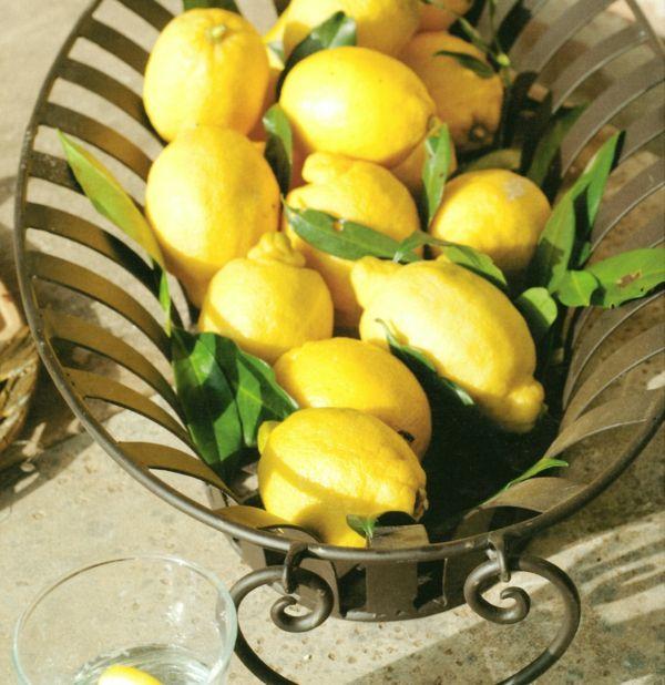 Eisenkorb mit frischen Zitronen-Wohnaccessoires Ideen