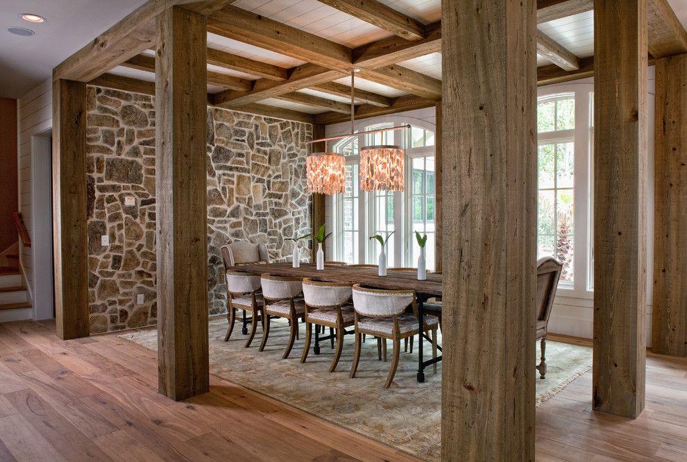 Exotisches Design mit Steinwand und robusten Holzbalken-Steinoptik Steinwand Innendesign Holzbalken Hütte Ferienhaus Esszimmer