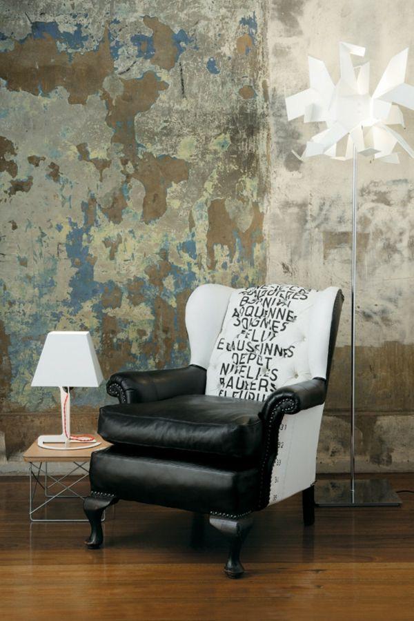 Exzentrischer Ledersessel-Einrichtung mit industriellen Möbeln