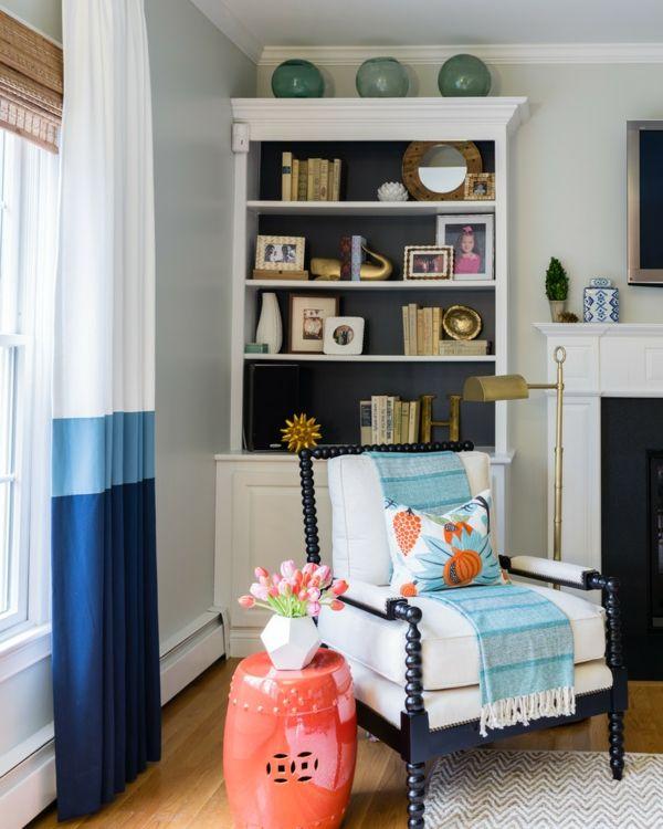 Farbenfrohe Leseecke mit einem bequemen Sessel und guter Beleuchtung gestalten-Leseecke Designer Wohnung Relax Sessel moderner Stil