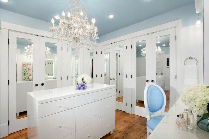Femininer Ankleideraum mit Schminktisch-Offener begehbarer Kleiderschrank System Kommode Kronleuchter Weiß Luxus