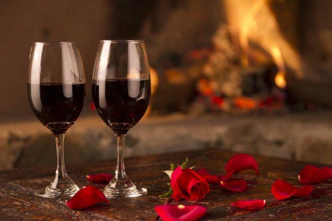 Feuer, Wein und Rosenblüten-Ideen zum Valentinstag