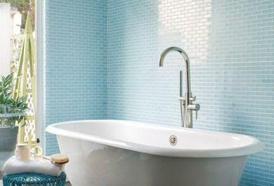 Freistehende badewanne unter dachschräge  Weisse Freistehende Badewanne: Bodenfliesen in holzoptik für ein ...