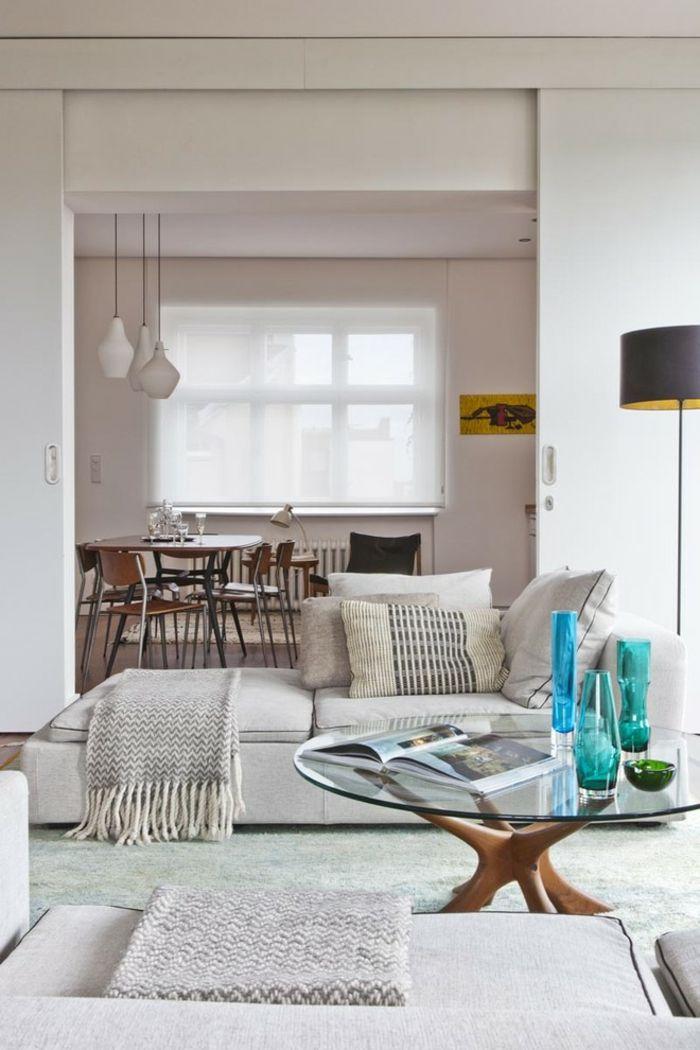 Fröhlicher Akzent mit Glastisch und Glasvasen-runder Glastisch Glasplatte Gestell aus Holz modernes Wohndesign