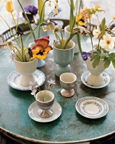 Frühlingsblumen und Eierbecher-Tisch Dekoration Ostern