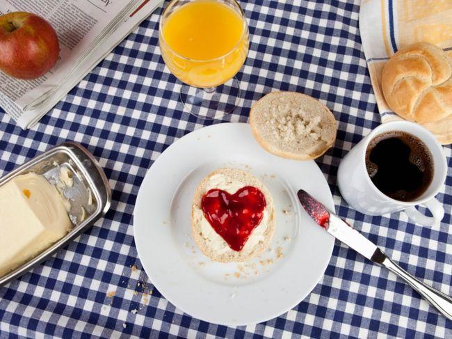 Früstück mit Herzmotiv-Ideen zum Valentinstag