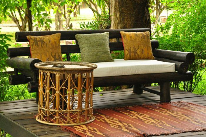 Gartendeko mit asiatischem Gartenmöbel-Set-eklektsche Gartengestaltung Bambustisch exotischer Teppich Sofa Echtholz