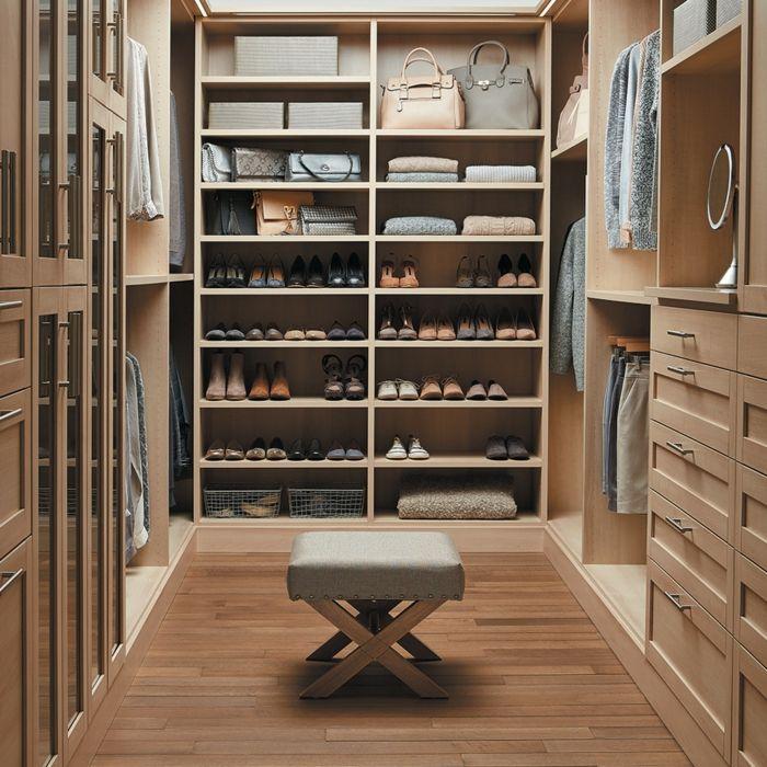 Gehobene Ausstattung des Kleiderschranks-Holzelemente sorgen für Behaglichkeit.-Offener begehbarer Kleiderschrank System Luxus Ankleide