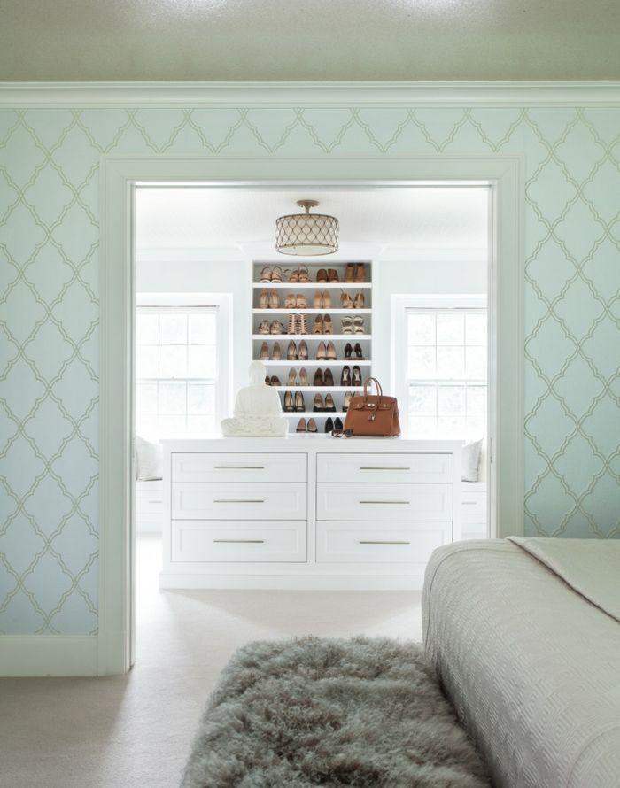 Gemütlich und zart-Der ausgesprochen weiblicher Ankleideraum setzt auf Minimalismus-Offener begehbarer Kleiderschrank in Weiß Luxus System Trennwand Schlafzimmer
