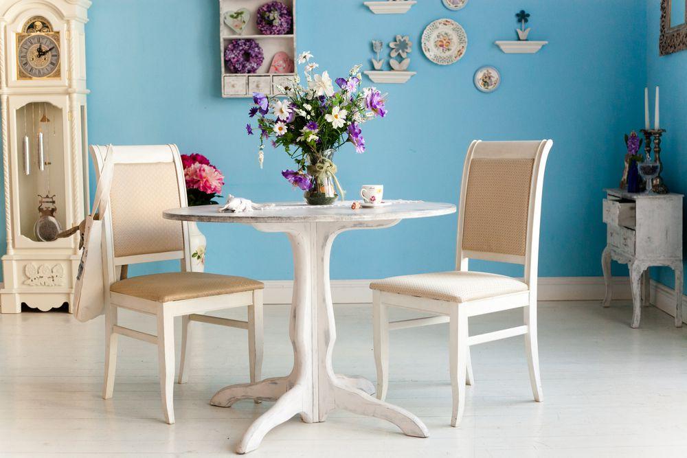 Gemütliche Einrichtung im Landhausstil-Hellblaue Wandfarbe Dekoration Einrichtung Wohnzimmer Schnittblumen