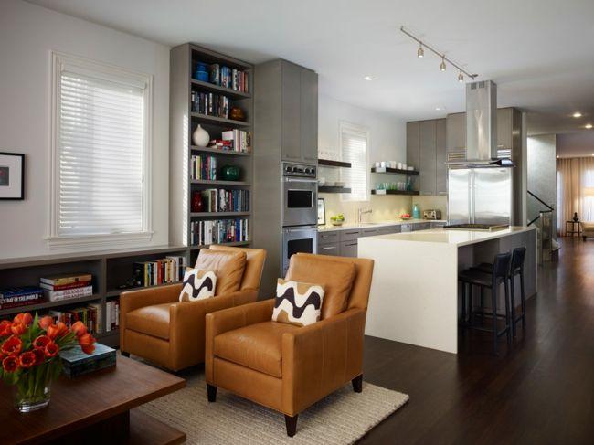 Gemütliche Einrichtung mit Ledersesseln-Sitzecke in der modernen Küche-Kücheneinrichtung Kochinsel Ideen