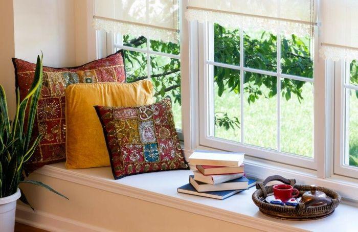 Gemütlichkeit auf der Fensterbank mit Hilfe von Büchern, Deko Kissen und Kaffee schaffen-Dekoration Einrichtung Wohnzimmer Fensterbank