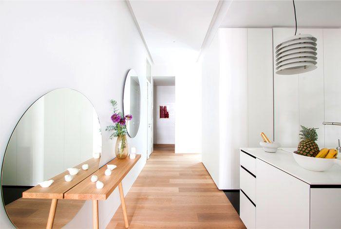 Geräumiger Flur und viel Licht-Retro Einrichtung Altbau Renovierung Parkettboden Wandspiegel modernes Design