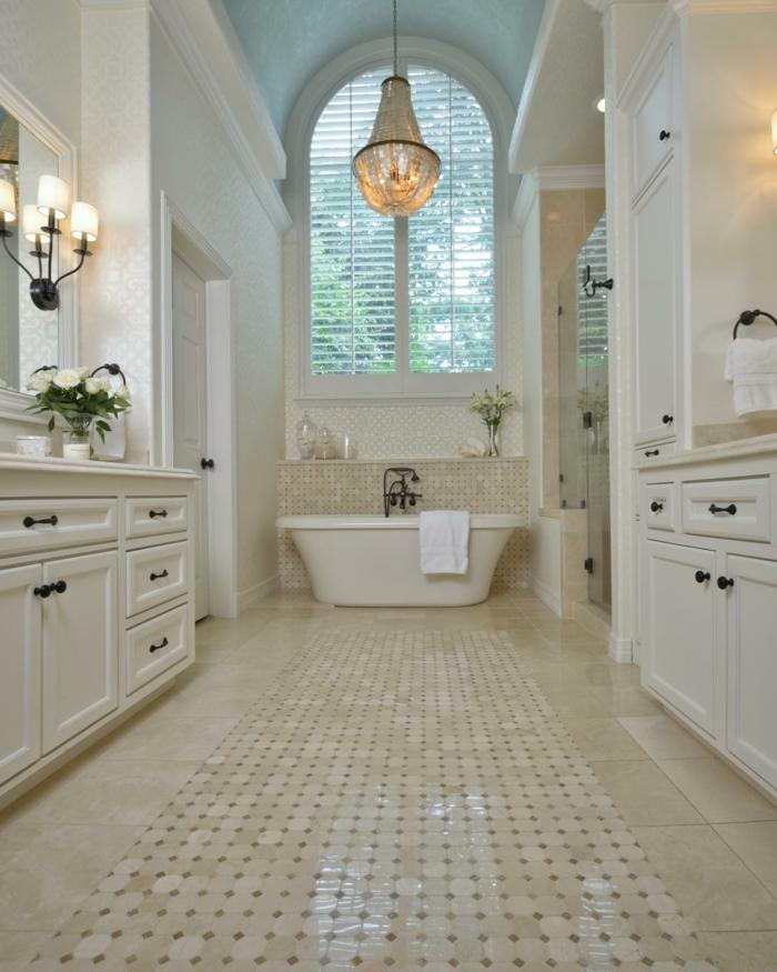Geräumiges Badezimmer mit prächtigem Kronleuchter-freistehende Badewanne