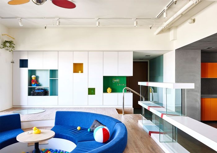 Geräumiges Wohnzimmer mit Schwimmbad-Atmosphäre-Designer Wohnung einrichten Lego-Optik verspielt einzigartig
