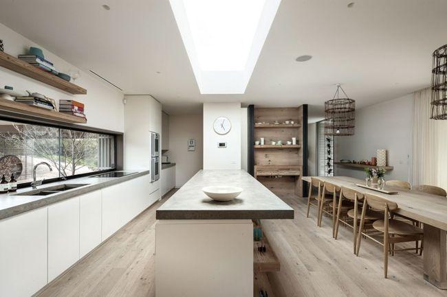 Geradliniges Design-Schlichter moderner Essbereich mit rustikalen Elementen-Sitzecke weiße Küche im skandinavischen Stil