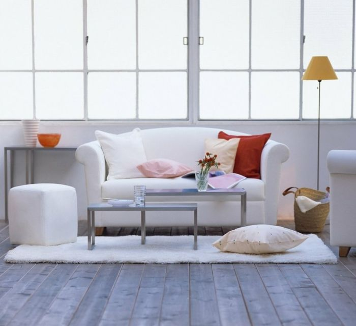 Gestaltung in Weiß mit kontrastierenden Deko Kissen-Dekoration Einrichtung Wohnzimmer Stehleuchte Accessoires elegant zeitlos