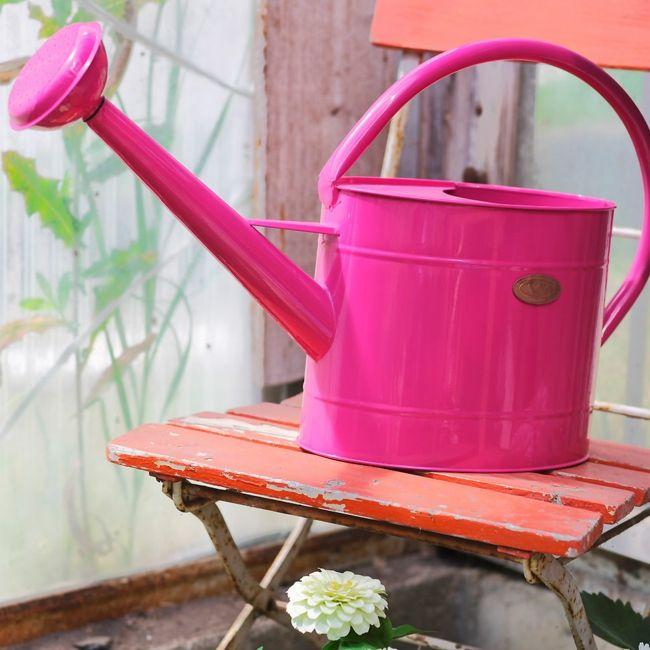 Gießkanne in Pink als schöner Blickfang im Garten Gartendeko - Ideen