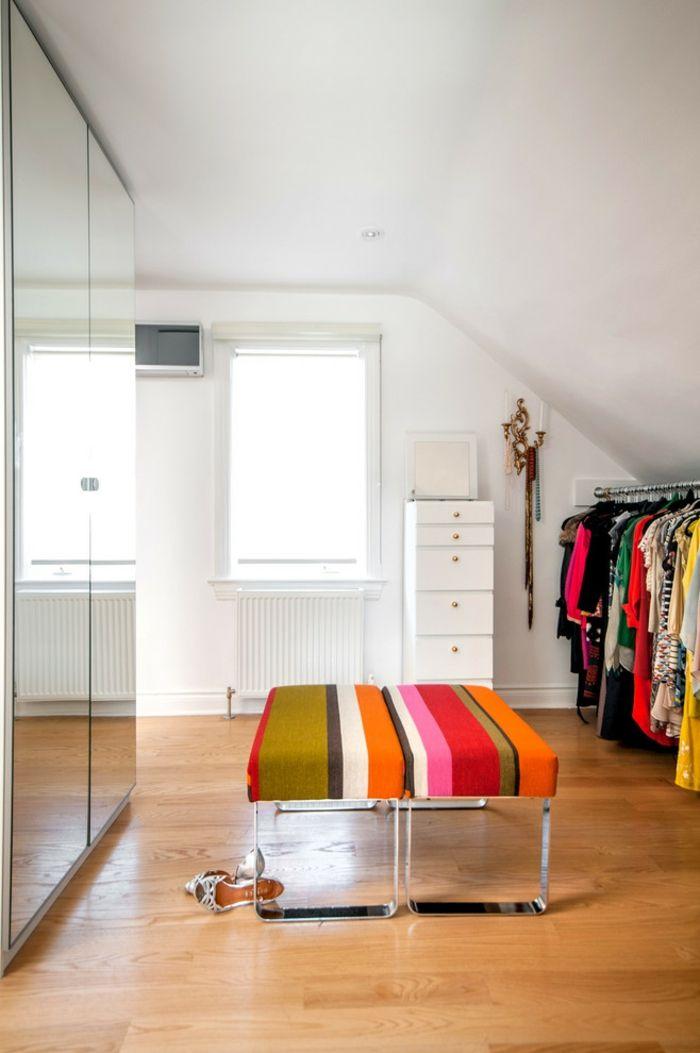 Glasschranktüre und bunte Sitzbänke -Offener begehbarer Kleiderschrank System Luxus Ankleide Dachschräge