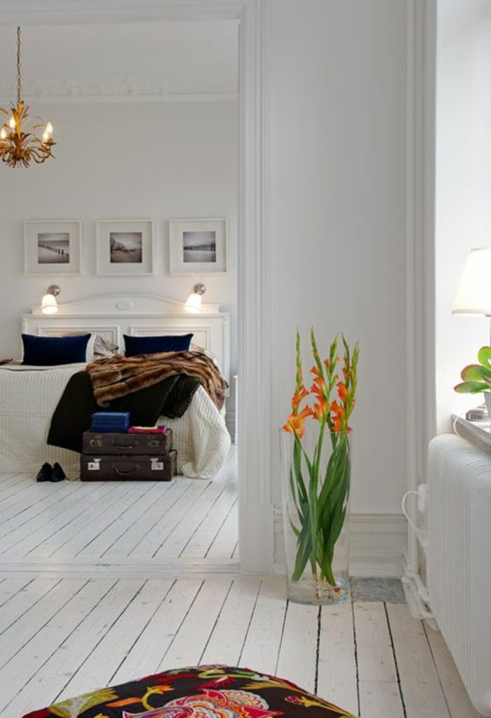 Glasvase in einer Ecke des Schlafzimmers-Dekorative Bodenvasen im zeitgenössischem Design