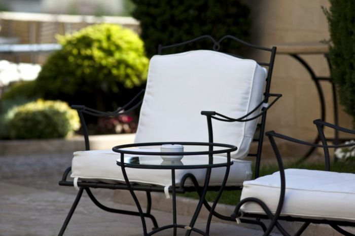 Graziöser Gartenstuhl aus Schmiedeeisen mit Polsterauflage in Weiß-Gartengestaltung Set Gartenstuhl Balkonstuhl Schmiedeeisen
