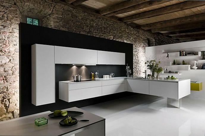 Grobstein Wand Holz Deckenbalken Schwarz Weiß-Moderne Küche in Weiß