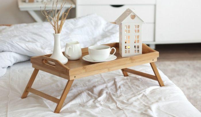 Harmonische Einrichtung in Weiß-Das Frühstückstablett aus Holz und der Teelichthalter laden zur angenehmen Auszeit ein.-Dekoration Einrichtung Wohnzimmer