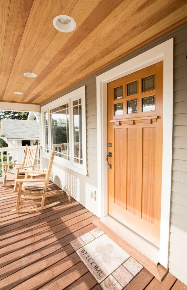 Helle Haustüren wirken dezent und bündig-Haustür aus Holz