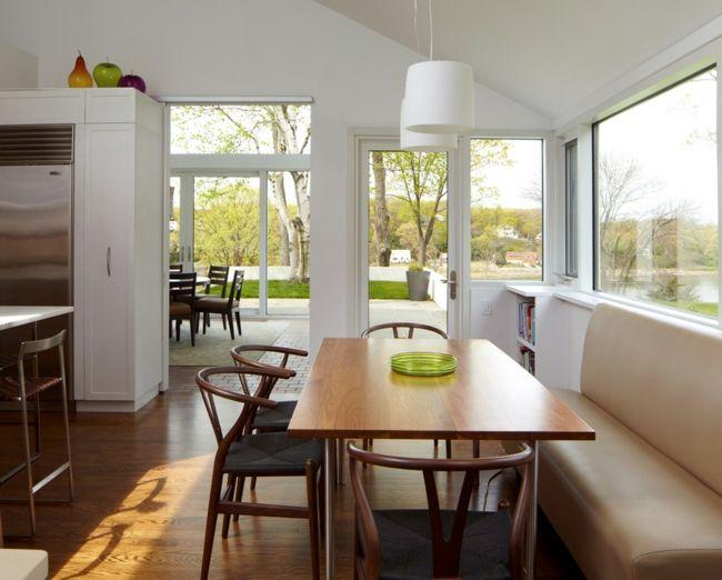 Helle und luftige Küche-Ein harmonisches Bild-Holztisch Sitzbank Küche